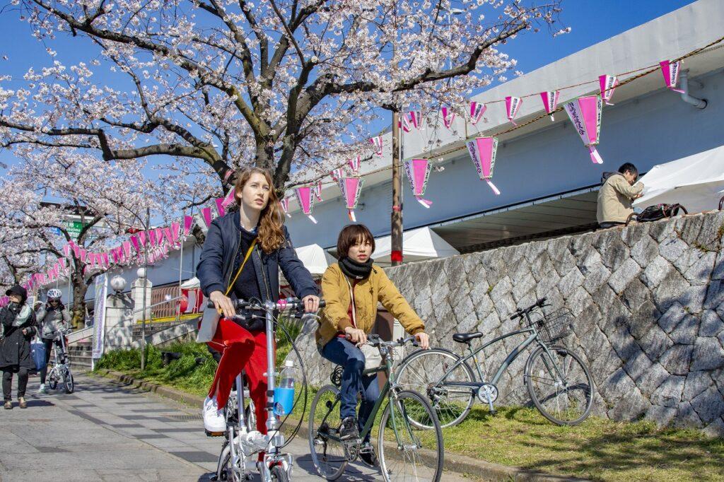 自転車 裏路地 Tokyo Backstreets Bike Tour ツアー サイクリング ポタリング 東京 下町 江戸 町歩き クルーズ ブロンプトン Brompton レンタサイクル 浅草 桜 ソメイヨシノ 花見 屋形船 隅田川